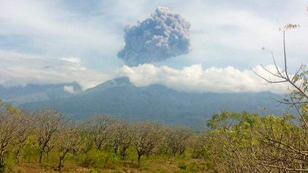 Indonesië evacueert toeristen na vulkaanuitbarsting